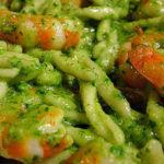 Trofie al pesto con gamberetti, zucchine e piselli