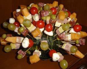 Spiedini fantasia con  frutta, salume, carne e formaggi