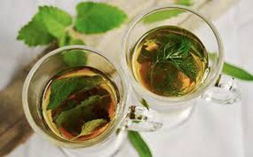 Tea verde, succo di mela e cetrioli per pelle e occhi da favola