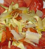 Antipasto di carciofi e bresaola con pezzettini di pera, parmigiano e gorgonzola