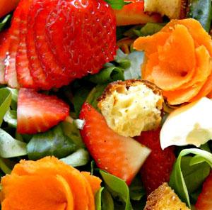 Insalata di primavera con fragole, ciliegie e carote