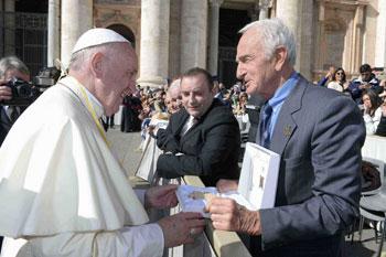 Abdon Pamich ha donato al Santo Padre una speciale edizione della Placchetta del Pellegrino – Testimonium