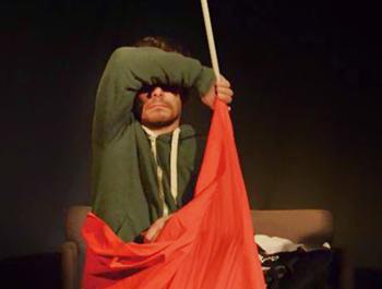 Emiliano Valente in scena con la commedia Belle Bandiere a Toffia