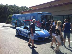 I pullman azzurri della Polizia di Stato per la sicurezza in viaggio utili per consigli e informazioni