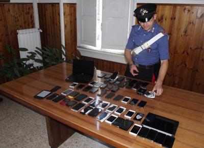 Vendevano iphone e ipad rubati esposti sui banchi del mercato. In manette tre stranieri denunciati per ricettazione