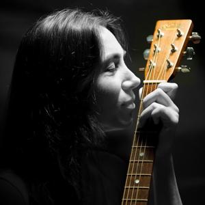 La cantautrice Patrizia Cirulli rilegge in chiave acustica l'album E gia' di Lucio Battisti