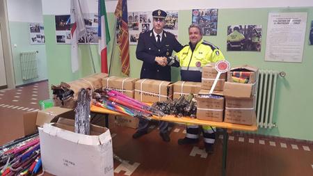La Polizia dona 600 ombrelli alla popolazione dei centri colpiti dal terremoto