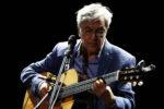 Caetano Veloso torna live in veste solista nella versione voce e chitarra