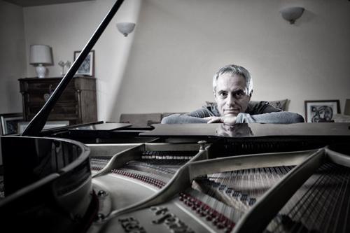 Enrico Giaretta suona a Piano City Milano accompagnato dal canto dei bambini