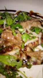 Tagliata su un letto di verdure al profumo di aceto balsamico