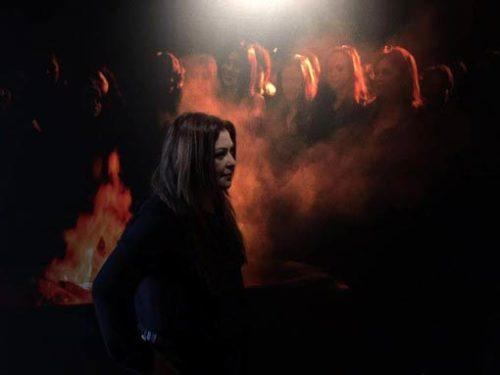 La Biennale di Venezia si chiude con il fuoco di 'Take the load off' dell'artista venezuelana Nina Dotti