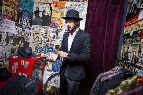 Daniele Celona in concerto all'Off Topic di Torino per presentare il nuovo disco a fumetti Abissi Tascabili