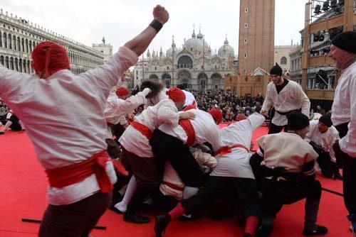 Carnevale di Venezia 2019. I signori della notte accendono Piazza San Marco e nei sestieri si entra nel vivo del carnevale