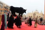Giovedì grasso al Carnevale di Venezia taglio della testa del Toro, performance sul palco e tanta musica tra novità e tradizioni