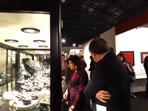 La presidente del Senato visita Padova Antiquaria e acquista porcellane e bigiotteria d'arte