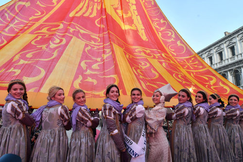 """Carnevale di Venezia 2019: la presentazione sul palco delle Marie del carnevale 2019 e il tradizionale """"Svolo del Leon"""" chiudono il Carnevale di Venezia"""
