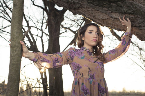 Punta da un chiodo in un campo di papaveri, il nuovo disco di inediti di Ylenia Lucisano in uscita il 10 maggio