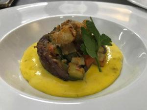 Cipolle rosse di Tropea ripiene di ortaggi su fonduta di gorgonzola e zafferano