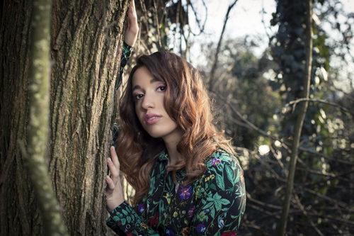 """""""Punta da un chiodo in un campo di papaveri"""", il nuovo disco di inediti della cantautrice Ylenia Lucisano è in uscita"""