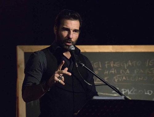Edoardo Leo in 'Ti racconto una storia', letture semiserie e tragicomiche al Teatro di Ostia Antica