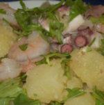 Insalata di patate con gamberi, polipetti e seppioline