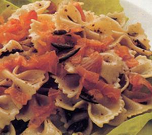 Insalata di pasta con salmone e curry profumata al timo