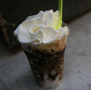 Granita di caffe' con panna e scaglie di cioccolato fondente