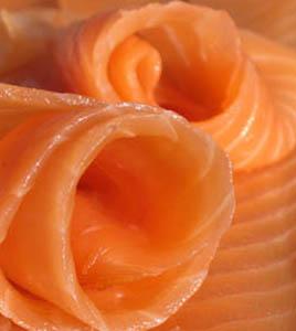 Involtini di salmone con fragola e kiwi