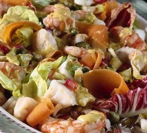 Insalata con melagrana, radicchio, mozzarella di bufala e gamberetti