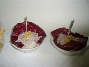 Spuma di tonno su foglie di radicchio e di lattuga