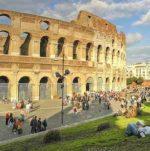 Denunciati due turisti francesi per aver imbrattato il Colosseo