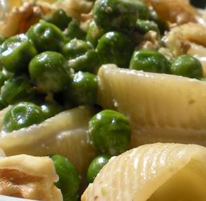 Conchiglioni con crema di noci, gorgonzola e rosmarino