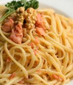 Trionfo di pasta al salmone e noci