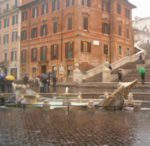 Piazza di Spagna, un monumento tra urla e fantasmi