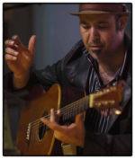 Il chitarrista vocalist Marc Stone sul palco dell'Officina Biologica