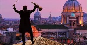 Il violinista sul Tevere, il concerto segnalato al Chiostro Galleria d'Arte Moderna di Roma Capitale