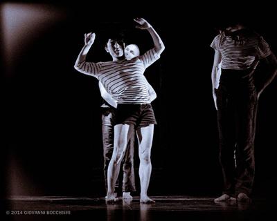 Raccontar danzando, come un bambino abbandonato nello specchio dell'armadio sotto ai riflettori del Teatro Remigio Paone di Formia