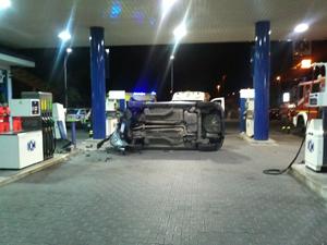 In stato di ebbrezza si cappotta con la macchina tra le pompe di benzina