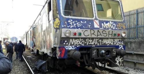 Tenta il suicidio gettandosi sotto il treno della Cumana