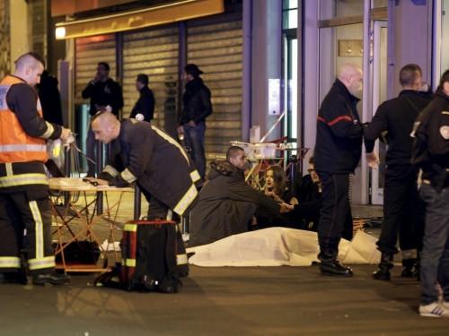 Parigi sotto attacco: 128 morti. E' guerra, l'Isis rivendica e minaccia