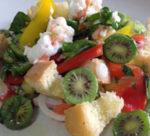 Panzanella croccante con peperoni, scampi, e Kiwi