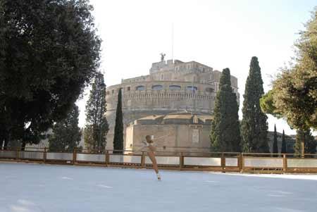 A Roma a Castel Sant'Angelo torna la pista di pattinaggio del centro storico