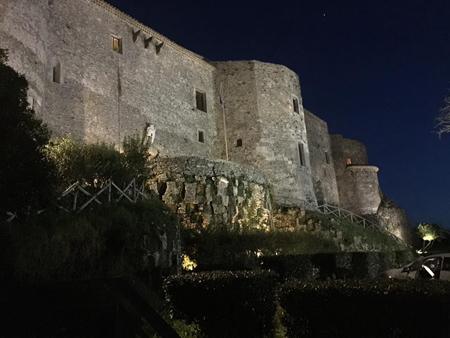 """Paesaggio sul mare: il castello di Vibo Valentia propaggine sul Tirreno. Appuntamento al Museo Archeologico Nazionale """"Vito Capialbi"""" di Vibo Valentia"""
