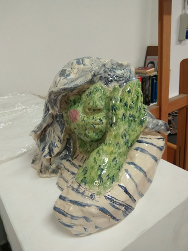 In fondo al giardino un volto verde, il MIC di Faenza espone i nuovi lavori in ceramica di Lorenza Boisi