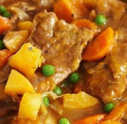Spezzatino di tacchino, carote, piselli e patate