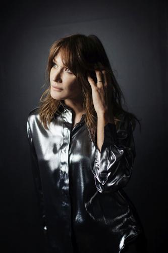 """Carla Bruni presenta dal vivo il suo ultimo album, """"French Touch"""" a Milano e a Roma"""