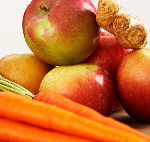 Centrifugato detox di mele, carote, arance e zenzero