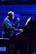 Bernstein e Glass per il concerto della Cherubini diretta da Dennis Russell Davies