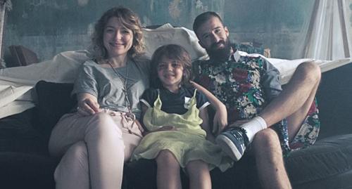 """«Ogni famiglia che si ama, merita di essere """"La famiglia dell'anno""""» è il messaggio del nuovo video del singolo """"Family of the year"""" di Wrongonyou"""