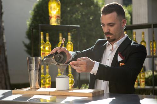 Il Barman Ugo Acampora vince il Premio Strega Mixology 2018 – il suo drink inedito al Premio Strega Letterario